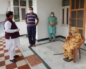वीरेंद्र कंवर ने कोरोना को मात देने वाली 90 वर्षीय वृद्धा से की मुलाकात