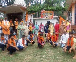विश्व हिंदू परिषद जिला हमीरपुर ने त्रिलोक नाथ मंदिर बडैहर में किया संतसंग कीर्तन