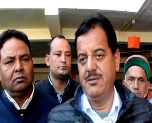 Congress-mla-sundar-singh-thakur-sitting-on-dharna-outside-sp-office-in-Kullu