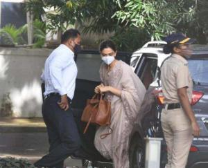 Deepika-padukone-arrives-at-ncbs-office-for-questioning