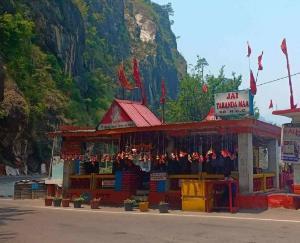 इस मंदिर में माथा टिकाए बिना आगे नहीं बढ़ सकती गाड़ी