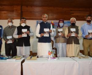 Acharya-Devvrat-released-the-book-Pazhouta-Andolan