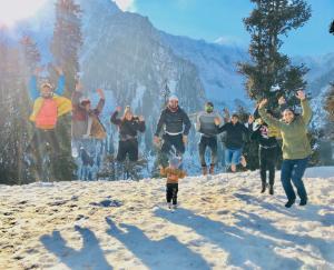 first-snowfall-of-season-in-himachal-pradesh-boon-to-tourism