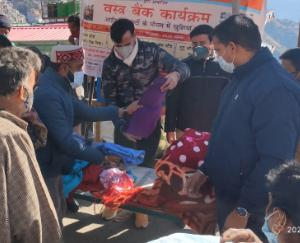 On-New-Year-Sunil-Upadhyay-Educational-Trust-and-ABVP-Shimla-distributed-blankets-and-clothes-to-the-needy-people
