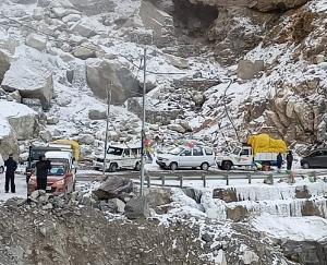 Hundreds-of-people-left-stranded-after-a-major-landslide-in-Kinnaur