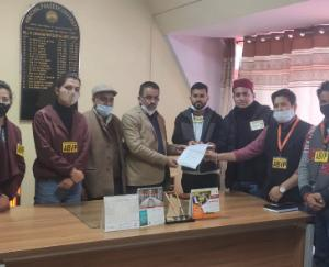 ABVP-submitted-memorandum-to-library-in-charge-shimla