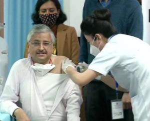 national-aiims-director-dr-randeep-guleria-receives-corona-vaccine