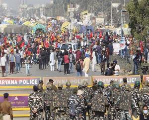 Farmers-broke-barricades-at-Singhu-and-Tikari-border-police