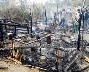 Heavy-fire-in-laborers-slums-in-Una-district-loss-of-about-6-lakhs