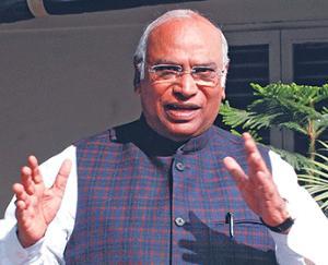 Mallikarjun Kharge targeted Prime Minister Modi, said - there are errors in the Insurance Amendment Bill 2021