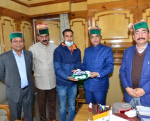 Shimla: Chief Minister Jairam Thakur presented the national flag to Amit Kumar Negi